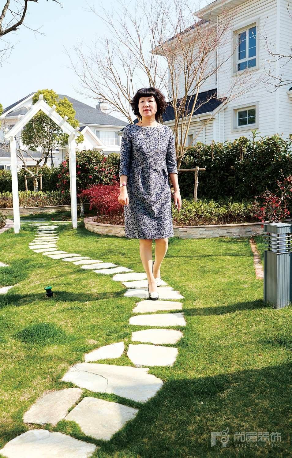 銀麗高爾夫別墅裝修女業主在自家的院子里