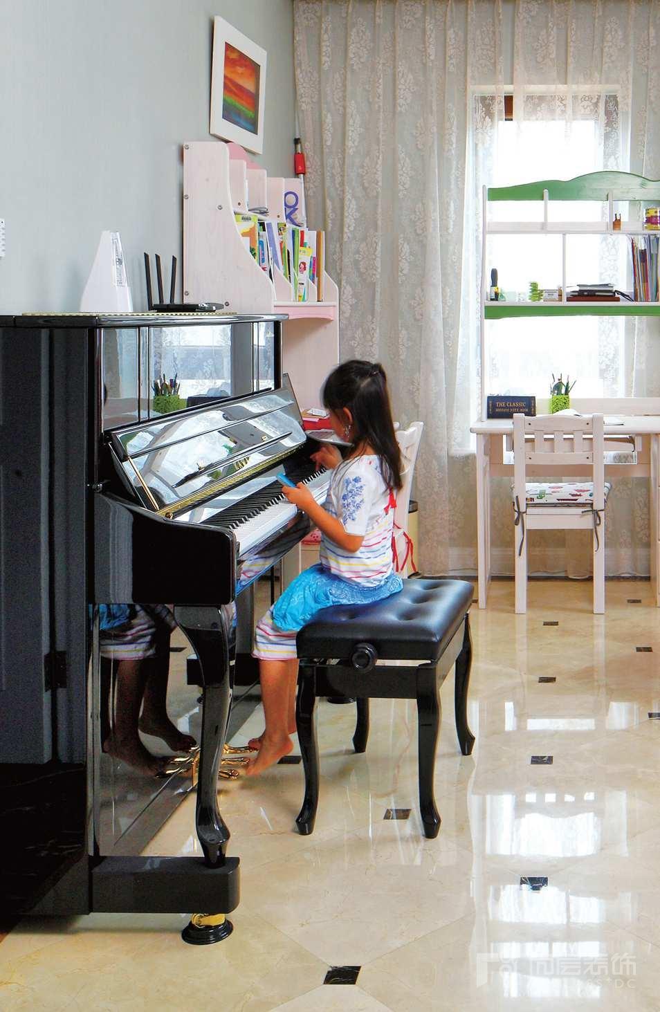壹千栋别墅装修业主的女儿在弹琴