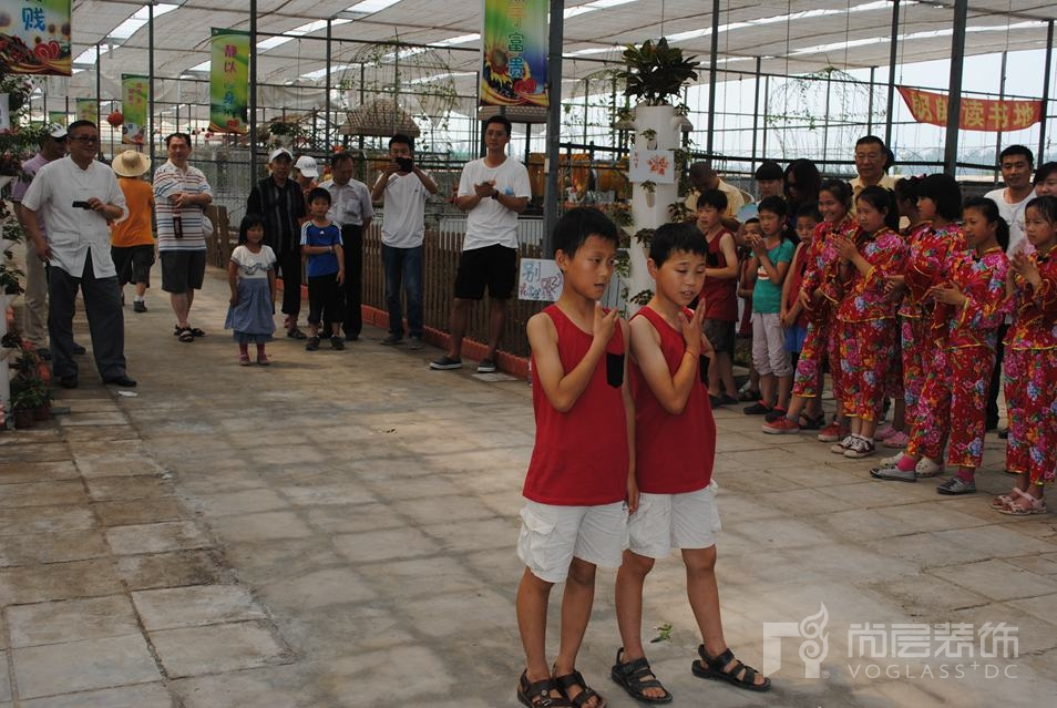 """尚层在太阳村""""绿色儿童蔬果乐园""""落成仪式上学生们在表演"""