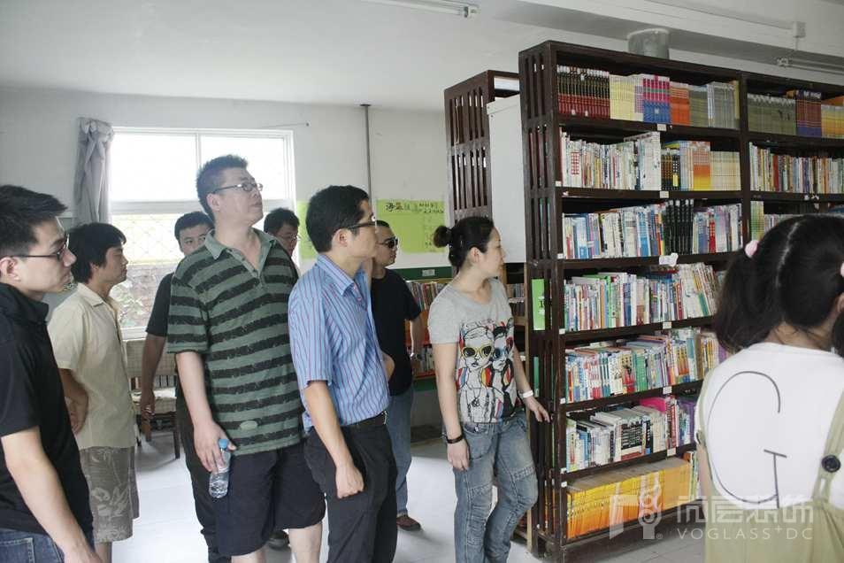 尚层装饰一行人参观太阳村图书馆