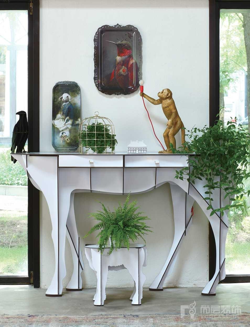 尚层装饰别墅生活把家中所有与动物有关的物品统统摆出来放在玄关上