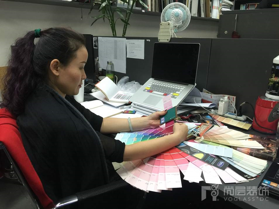 尚层装饰设计师王磊认真工作