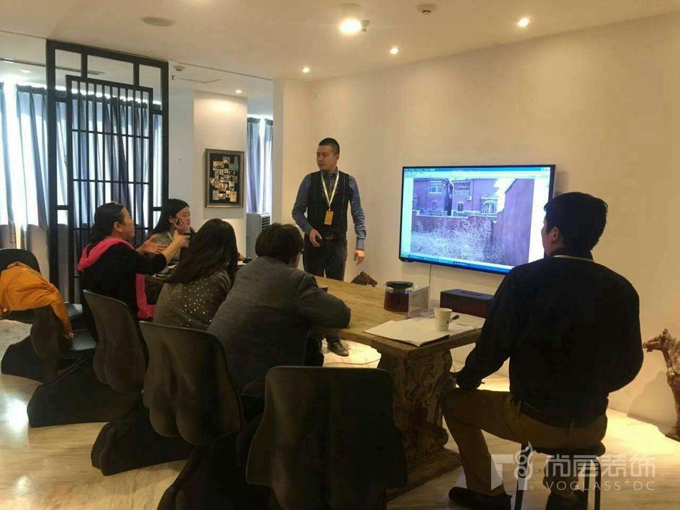 尚层桂涛带领项目团队和客户沟通