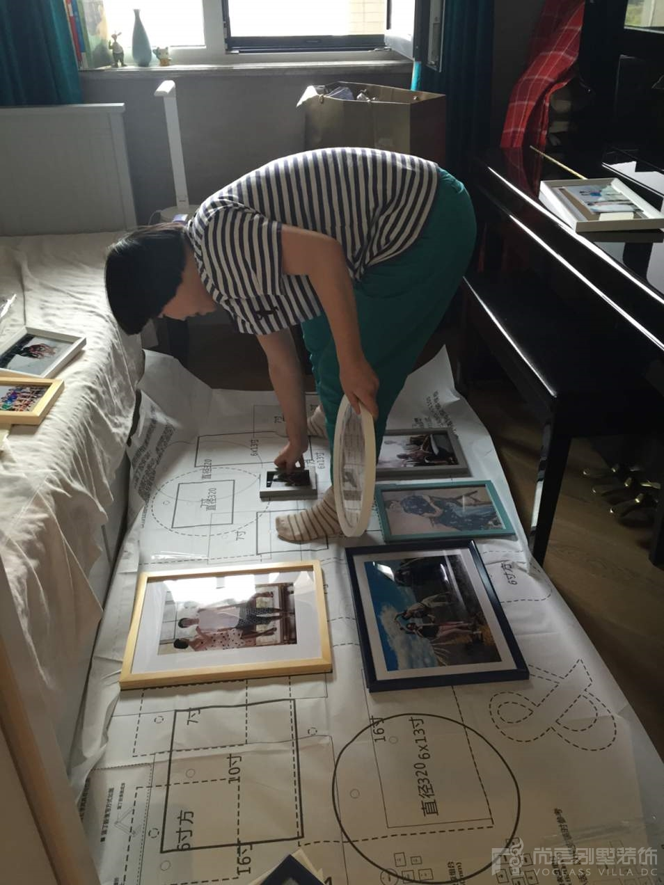 江苏快3网上信誉平台_江苏快3网上投注网站配饰设计师李露露在认真的工作