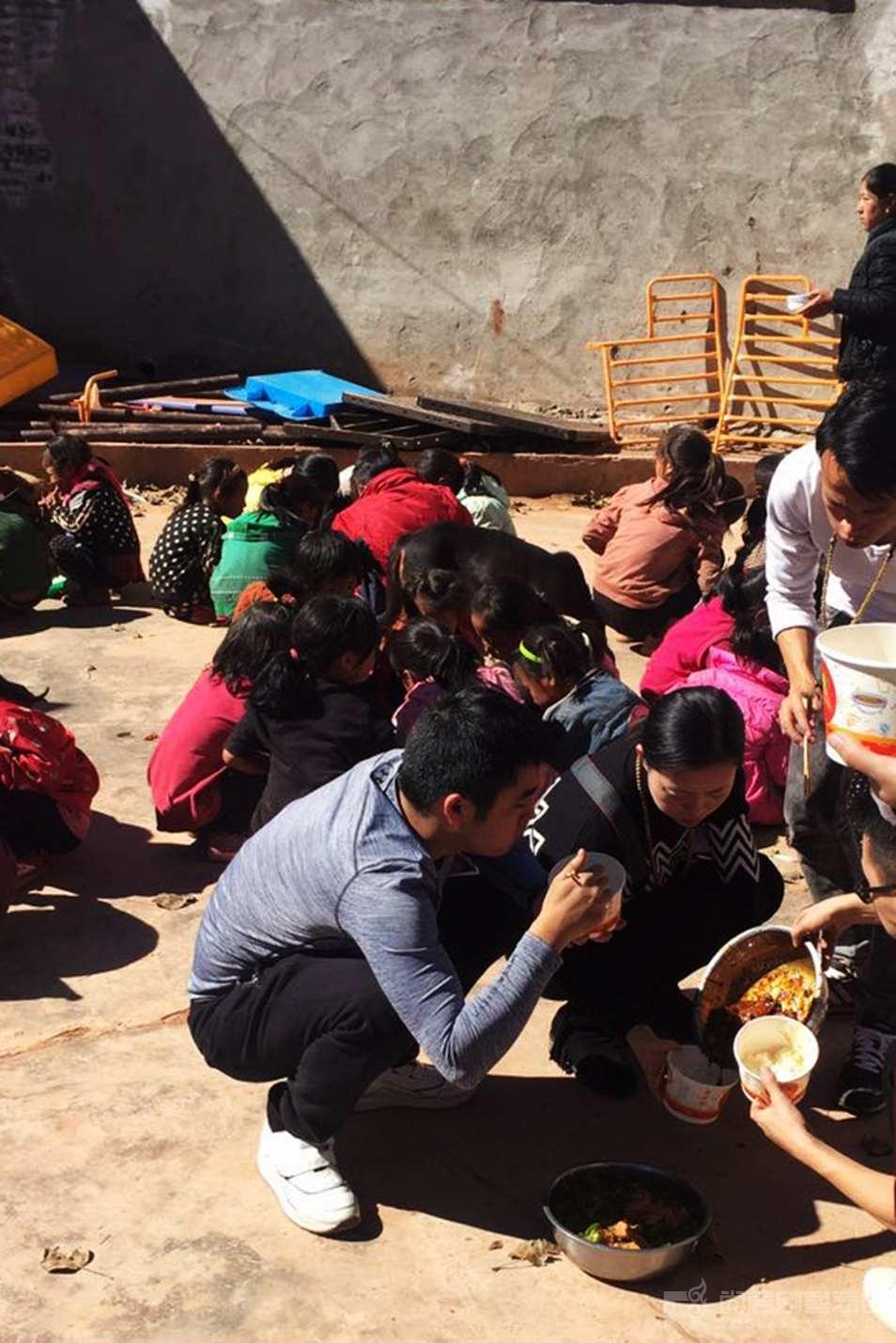 尚层人加入了就餐的队伍和孩子们一起吃饭