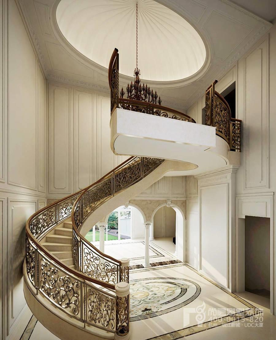 楼梯间是大宅的设计亮点,精美的镂空铁艺扶手和完美的曲线.