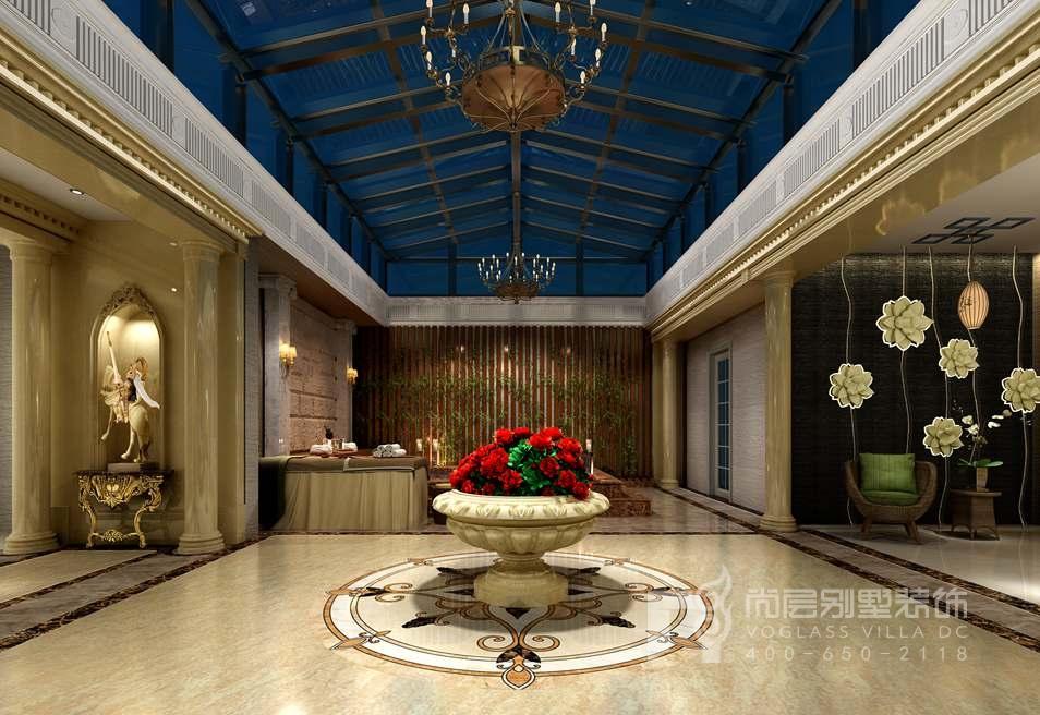 气派的罗马柱在建筑上给人以明朗、奢华之感,带有欧式风情的水晶吊灯,散发的典雅气氛在整个空间发挥得淋漓尽致,结合恢宏的吊顶造型,汤池的装饰,蕴含了浓厚的欧式艺术感。当然了,如此繁复大气的汤池设计,既要做到功能使用,也要做到空间颜色及灯光的合理运用。步入这里一秒,足以让人忘却一天的疲劳。