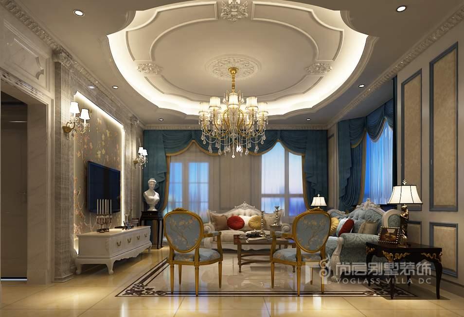 客厅地面简洁的铺砖与华丽的顶面形成对比,在凸显空间层次感的同时更能体现出欧式风格的大气。电视墙的柱子采用垂直线条凸显空间的刚强力量,弧形线条的家具则凸显空间的柔和气质,一刚一柔,将客厅空间的美烘托得恰到好处。仍沿用孔雀蓝为主色调的客厅,在祥瑞的气氛中散发着丝丝的高贵气息。