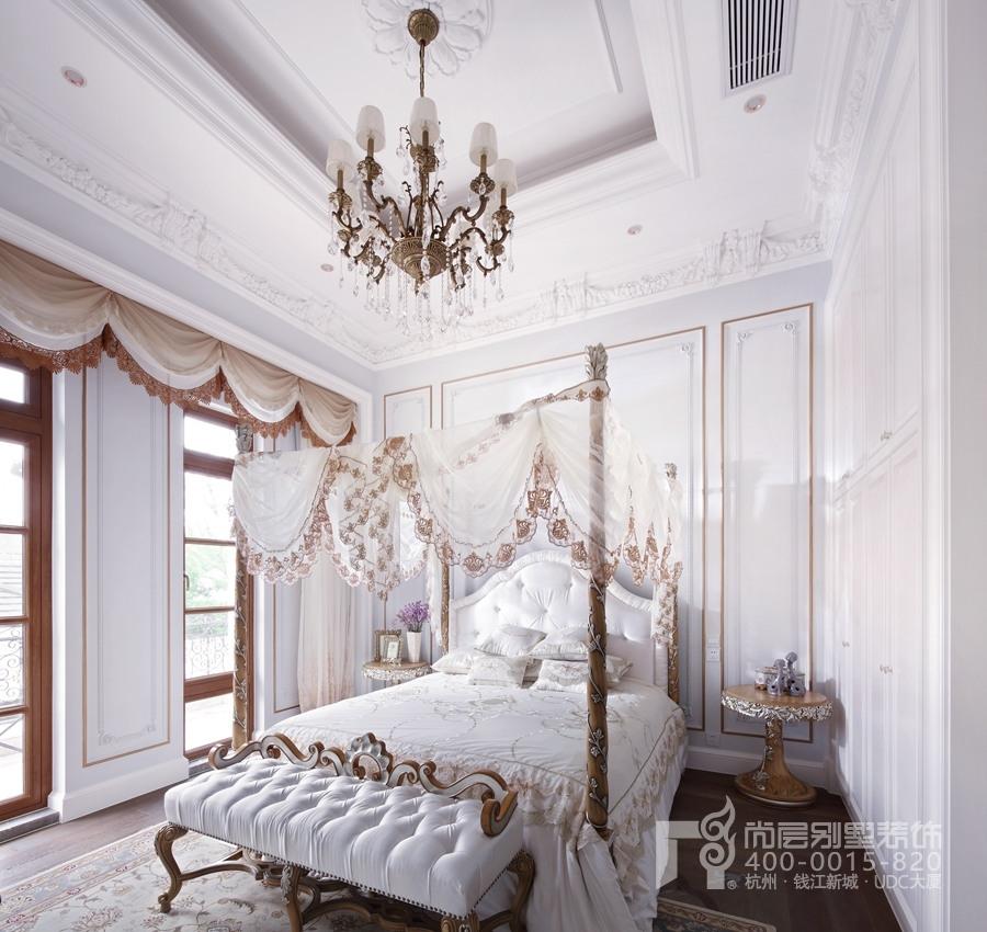 女儿房中常用的白色、暖棕色既呼应其他空间的颜色设计,且凸显女儿房的17世纪法国帷幔的视觉效果,女儿房浪漫的温暖舒适。