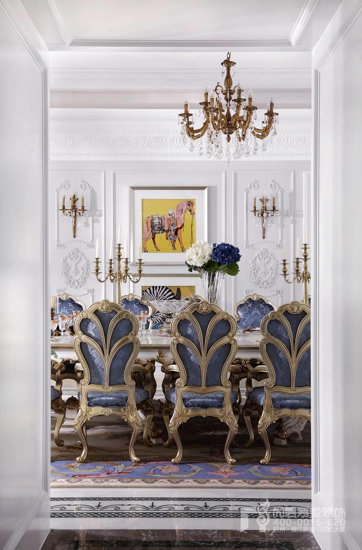 绿城伍重院独栋别墅实景图高度的还原度也是尚层装饰特有的优势,长桌搭配法蓝和米白的软包包覆卡座,餐厅空间高调浪奢华和浪漫。餐厅的落地门窗,或拱形或方形,别墅设计师彭老师将餐厅与室外自然衔接,透明的落地门窗的运用增大采光,空间舒适休闲。