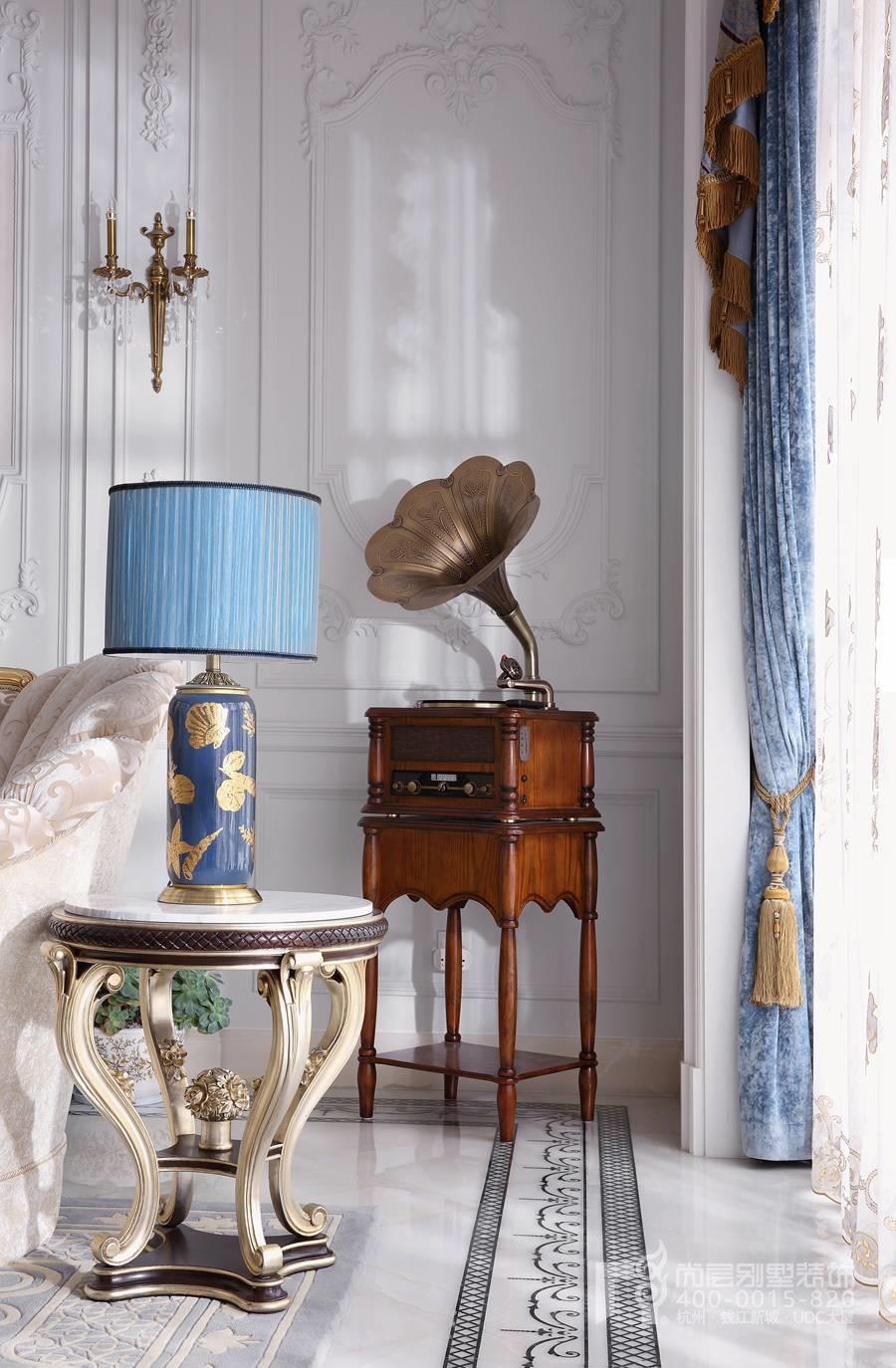不管是石膏线走向,它们在空间效果上拉伸着客厅的层高,使得客厅显示更显更加丰富。