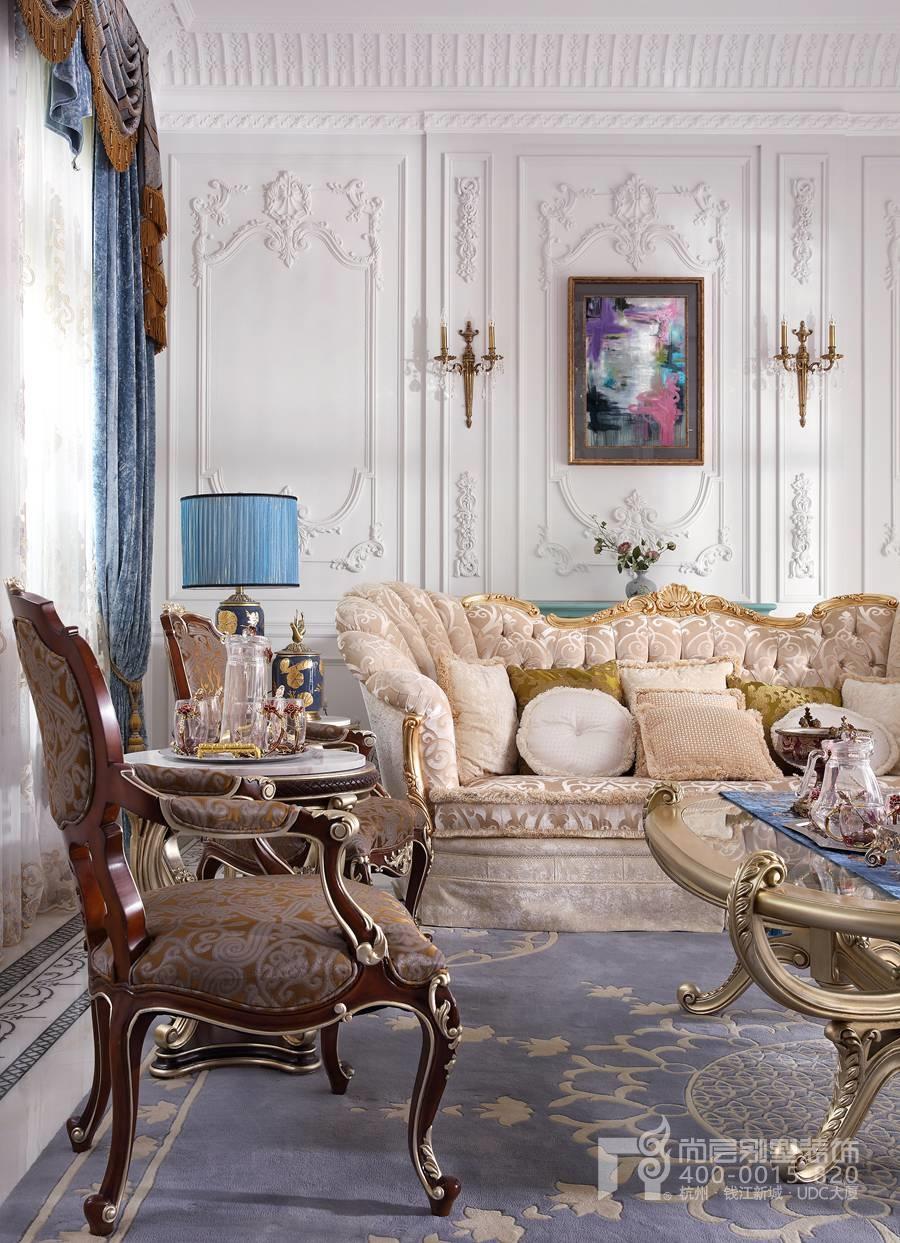 本次尚层别墅装饰绿城伍重院独栋别墅装修的客厅装饰项目,客厅装修设计师以白色为主色调,点缀法蓝、暗金,暖棕色,色彩的搭配营造了独栋别墅客厅装修的休闲自在的氛围