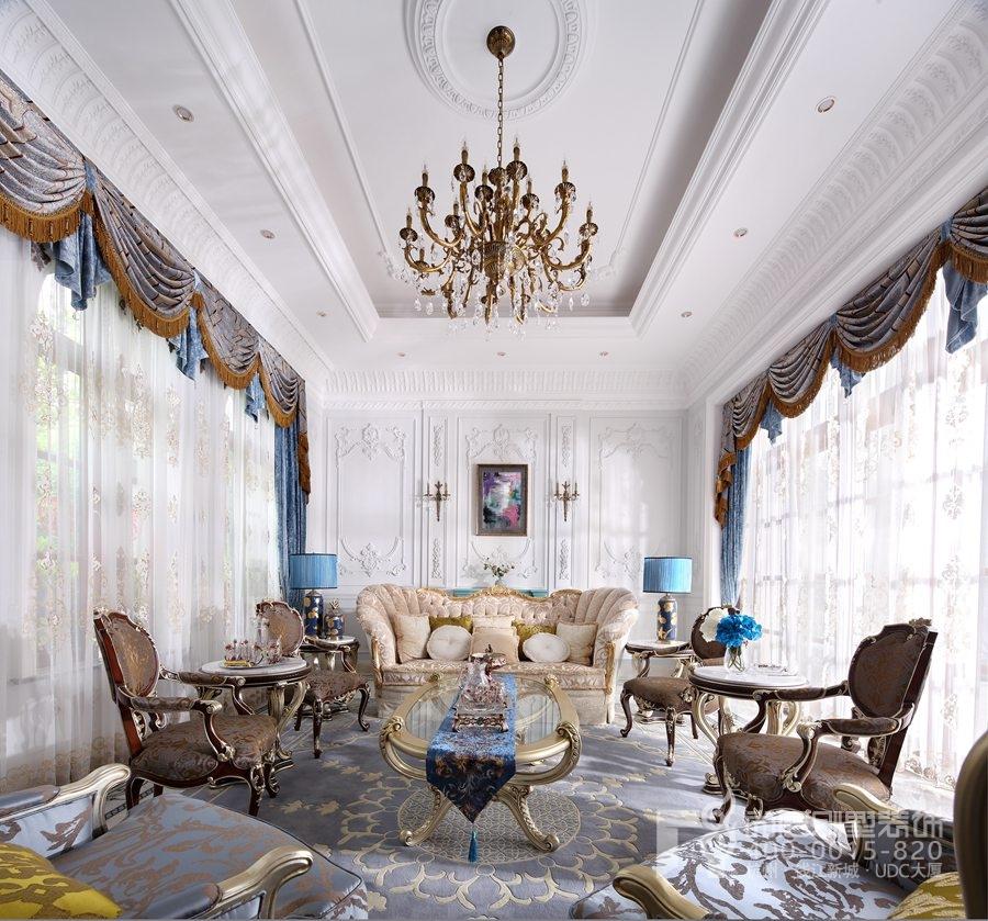 象牙白大理石勾勒墙面及吊顶线条,法式标志性的地面花纹凸显这空间的