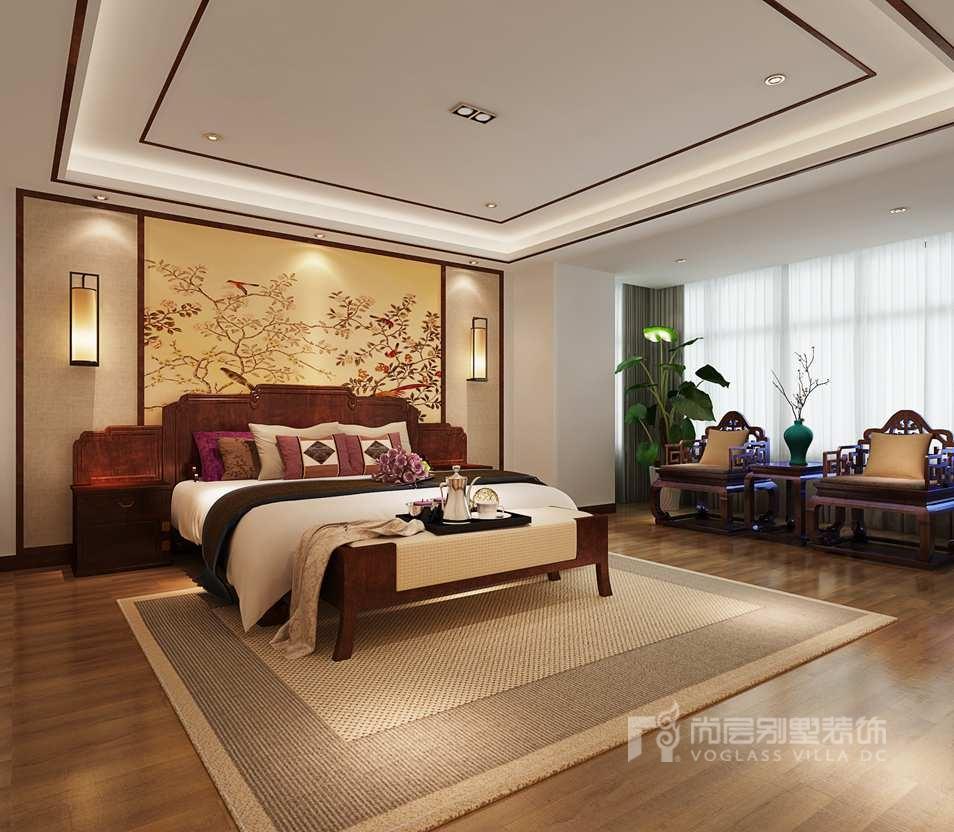 卧室装修效果图结合业主原有红木家具,搭配床头背景采用中式花鸟壁纸