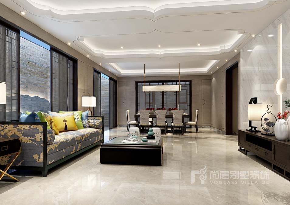 客厅是一个家的核心之处,因此设计师胡孝东在设计上摒弃了繁琐的装饰,巧妙的在客厅墙面装饰上采用了浅色水波纹的壁纸与地面流水纹的石材,来彼此相呼应,使两者之间和谐、共生。在色调上无跳跃感,凸显了别墅空间设计的稳重大气。沙发后面的设计选择以山为背景,沙发布纹选择素雅的花案,衬托古之大雅,有山有水,回归自然。  顶面装饰与地面花纹也是一脉相承的,设计师通过在原有的古建筑纹饰上加以升华改造,让线条表现的更加柔美流畅,并且选取与之相呼应的茶几,作为承上启下的支柱来点缀空间,拉开了彼此的层次。在照明上选取温和的光源,