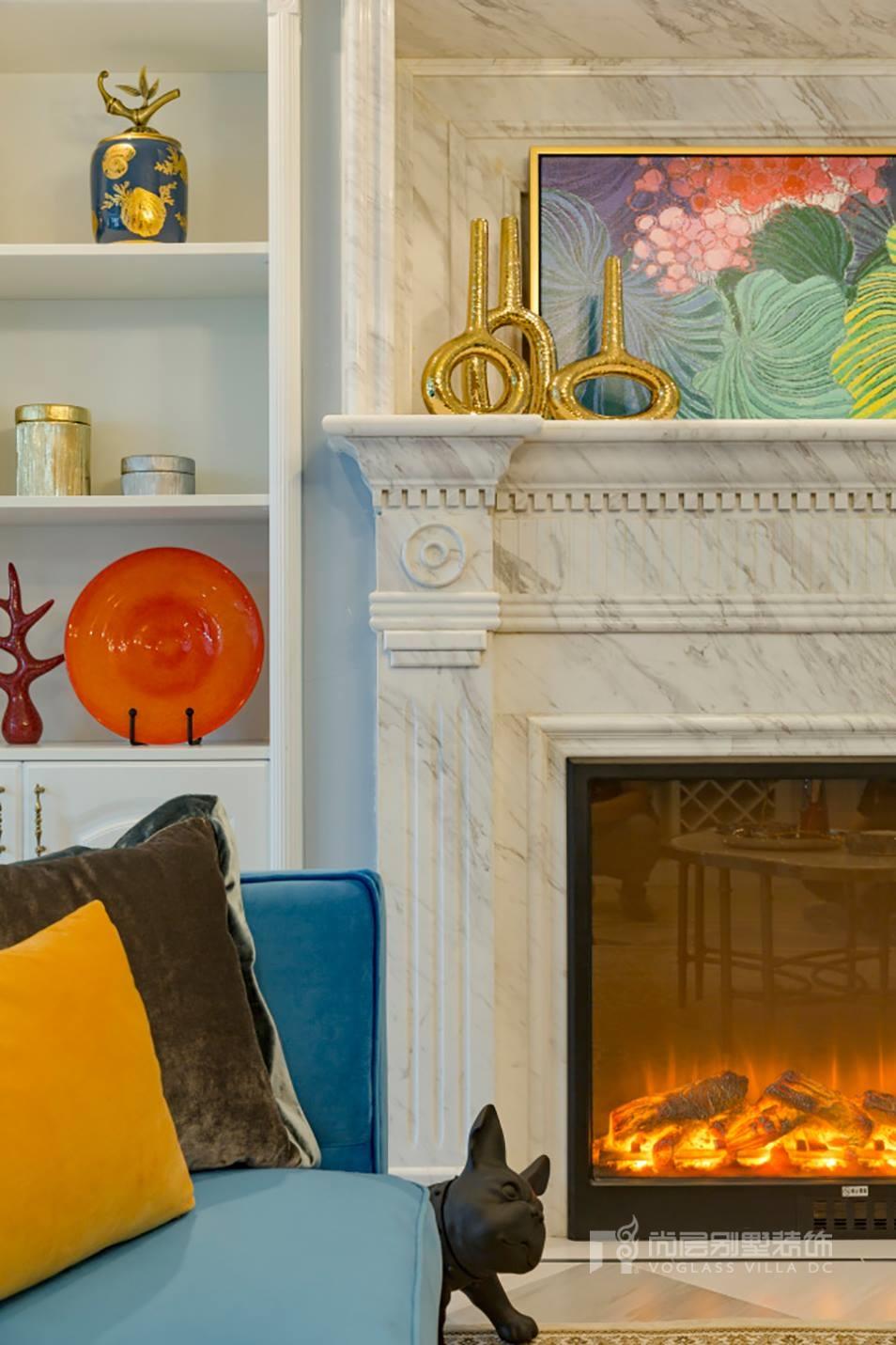 设计师结合空间主人的实际需求与功能空间美感,为业主量身定制了二层大书房空间的改造。在白色和奶油色的衬托下,书房显得格外的明亮透彻,营造出了安宁而沉静的居室氛围;散发出独特的美感,让人不得不爱。  设计师在书房改造时设计出了一个休闲区,不仅满足了业主的会客商谈需求,也可以在此小憩休息背景墙大胆运用树干装饰的壁纸,增加上家具散发出来的慵懒的气息,整个空间充满了舒适感与活力。