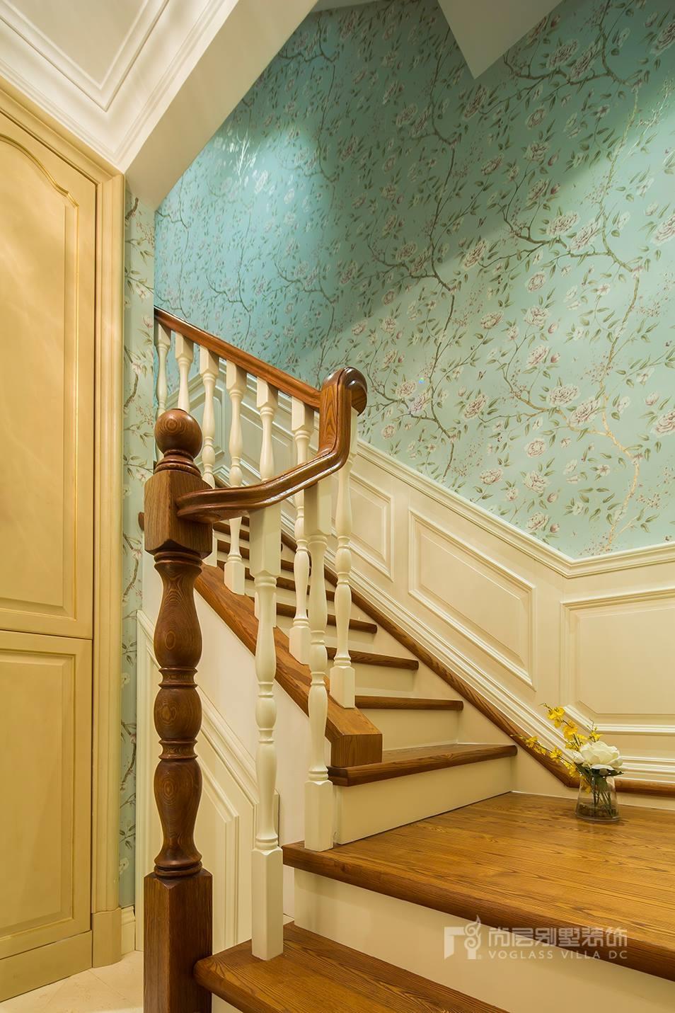 在这套枫丹壹号欧式风格的叠拼别墅装修中,设计师采用了简约的楼梯来