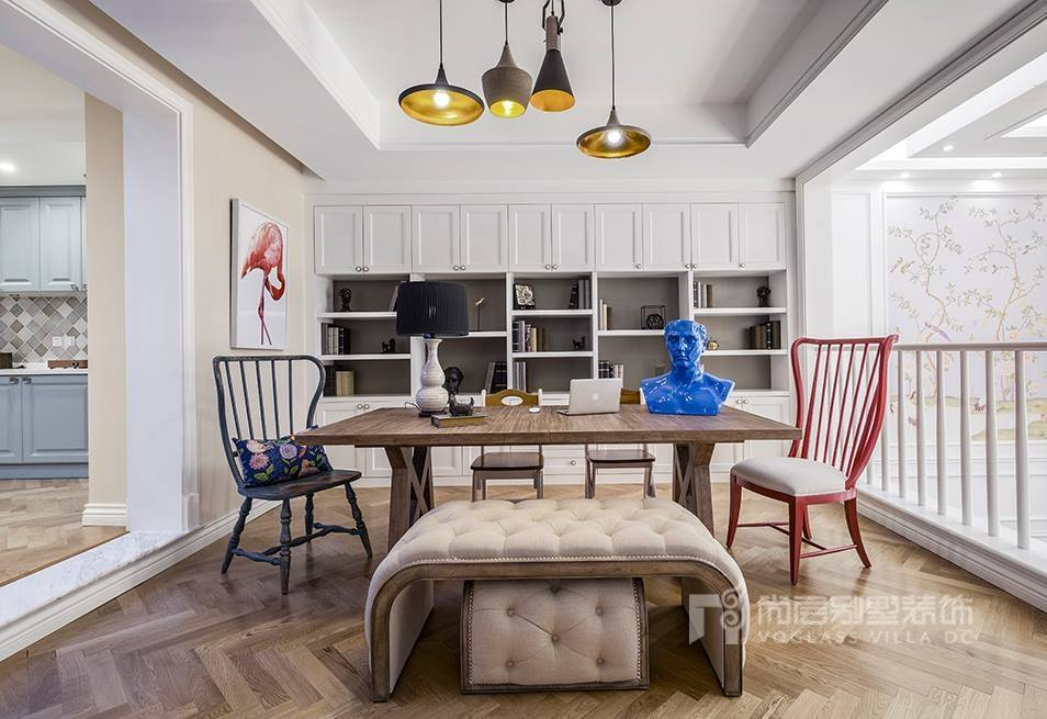 中式家具的颜色较重,虽可营造出稳重效果,但也容易陷于沉闷、阴暗,因此设计师吴尉使用白墙提升整个空间的亮度、同时加入一整面色彩明亮的壁画,而且引入了大面积的自然光及户外景致。衬托的书房格外清幽。 4.书房家具的选择以及摆放 在选择书房的家具时,要注意书房家具的造型、质量和色彩,要考虑整体的布局,能够切入进书房的气氛。