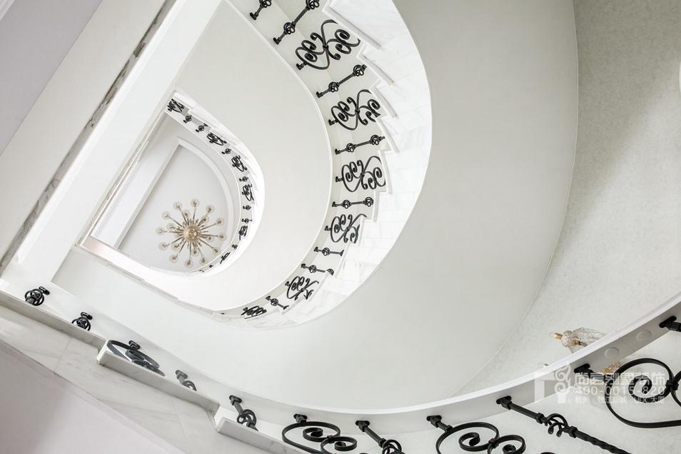 旋转楼梯现代法式风格别墅装修实景图