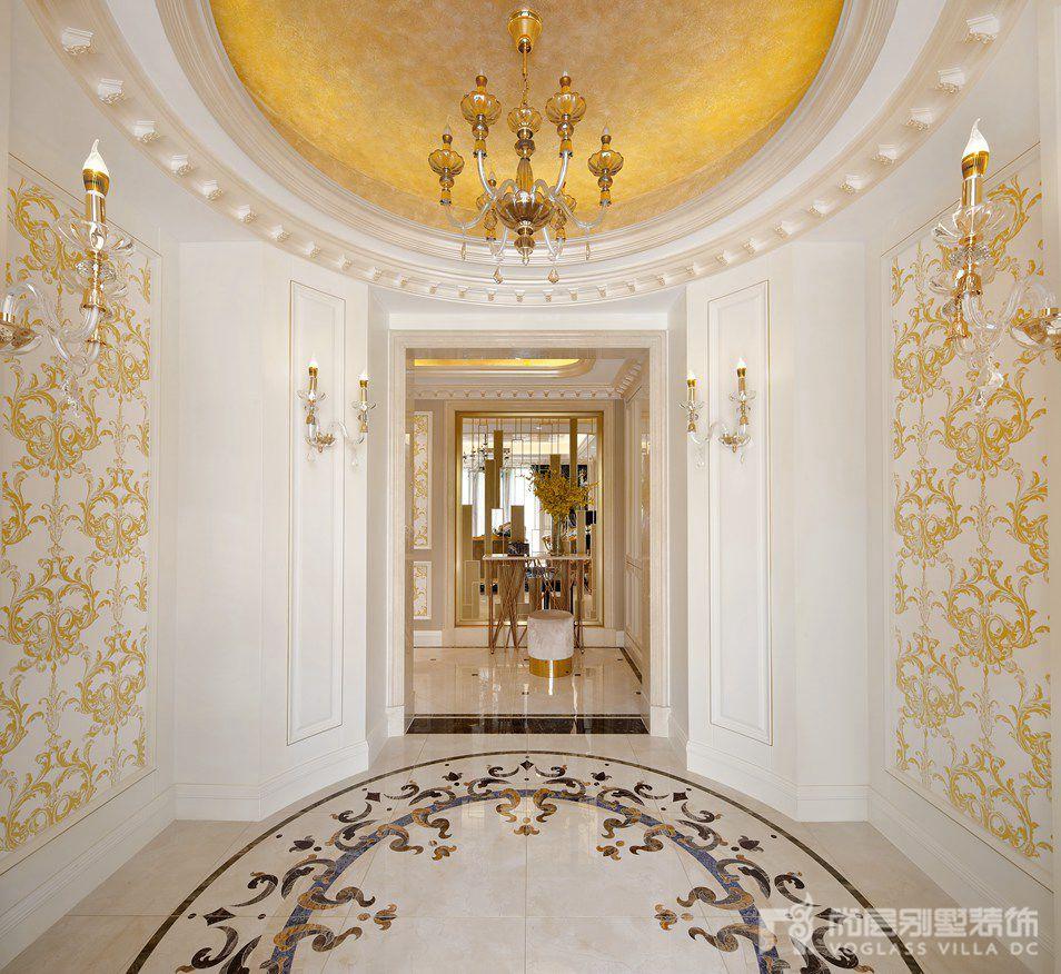 在该千章墅别墅装修设计中,设计师吴尉以新古典 轻奢的设计风格,将