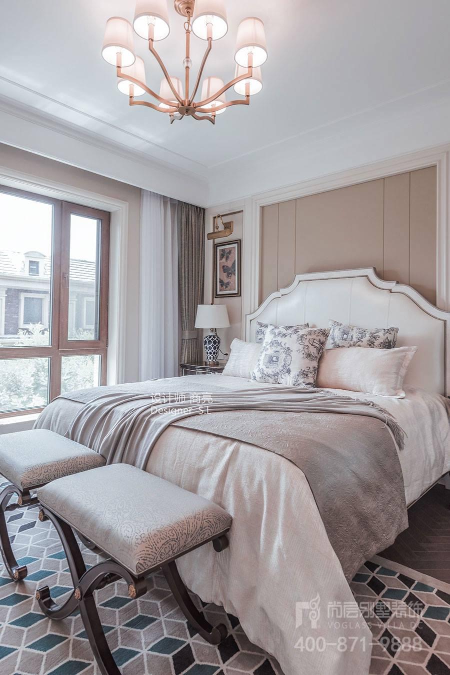 装饰是贴墙纸,欧式风格壁纸有条纹和花卉等图案,颜色较浅,以金色,白色