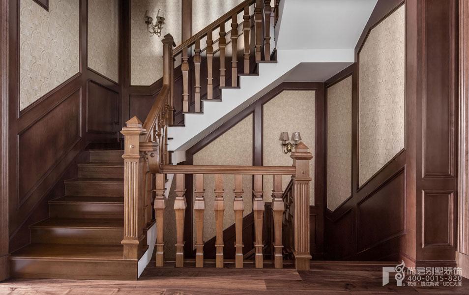 欧式家具特征三:装饰类型丰富 在古典风格与新古典风格的家具中,经常能够看到家具上有各式绣布、流苏及铆钉等装饰品,来显示装饰的奢华。 欧式家具的常见4种类型 类型一:欧式古典家具 延续了17世纪至19世纪皇室贵族家具的特点,对每个细节精益求精,在庄严气派中追求奢华优雅。