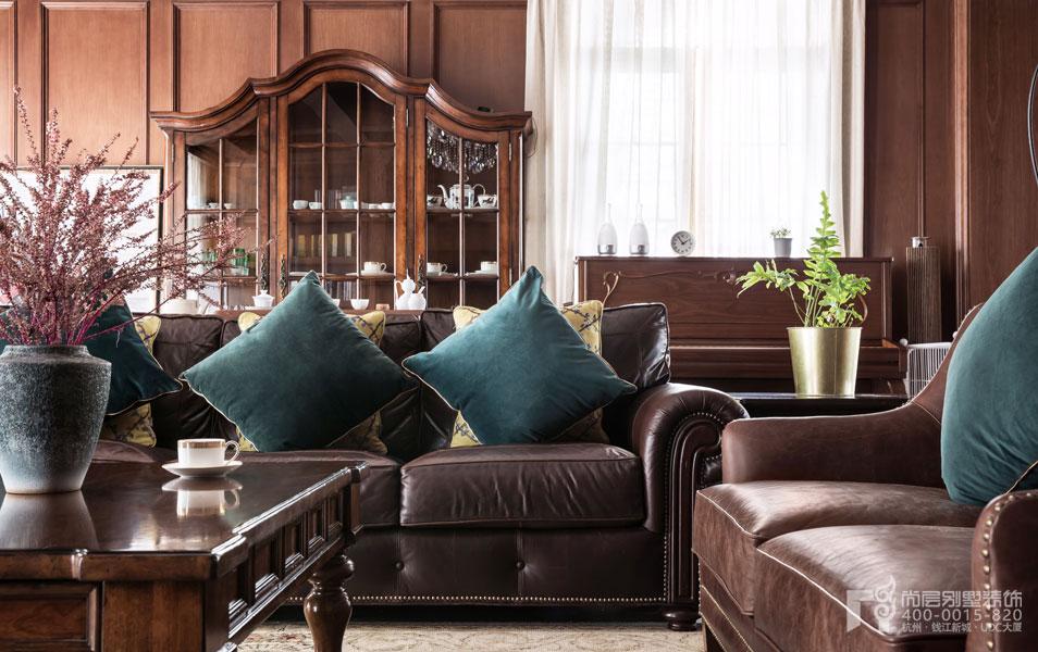 类型三:欧式田园家具 注重简洁、明晰的线条和优雅得体的装饰是欧式田园家具的显著特色,欧式田园家具代表的也许并不是真正意义上的乡村或者田园,它更像是崇尚大自然的一种体验。 类型四:简约欧式家具 与欧式古典风格家具有着很多相似之处,简欧风家具与美式风格家具也有异曲同工之妙,更多的运用了简约线条,和天然的实木纹路,但又不失高贵与典雅.
