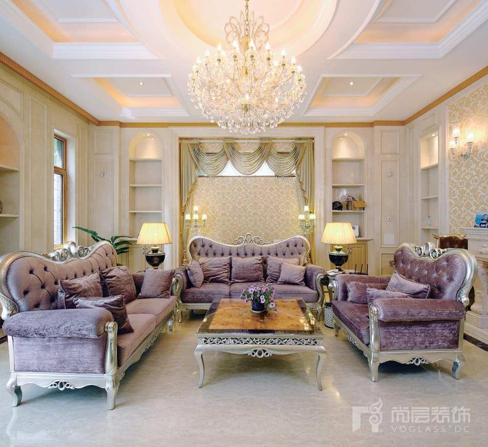 一楼客厅设计成了法式古典风格,在纯粹的欧式的表现形式上,运用