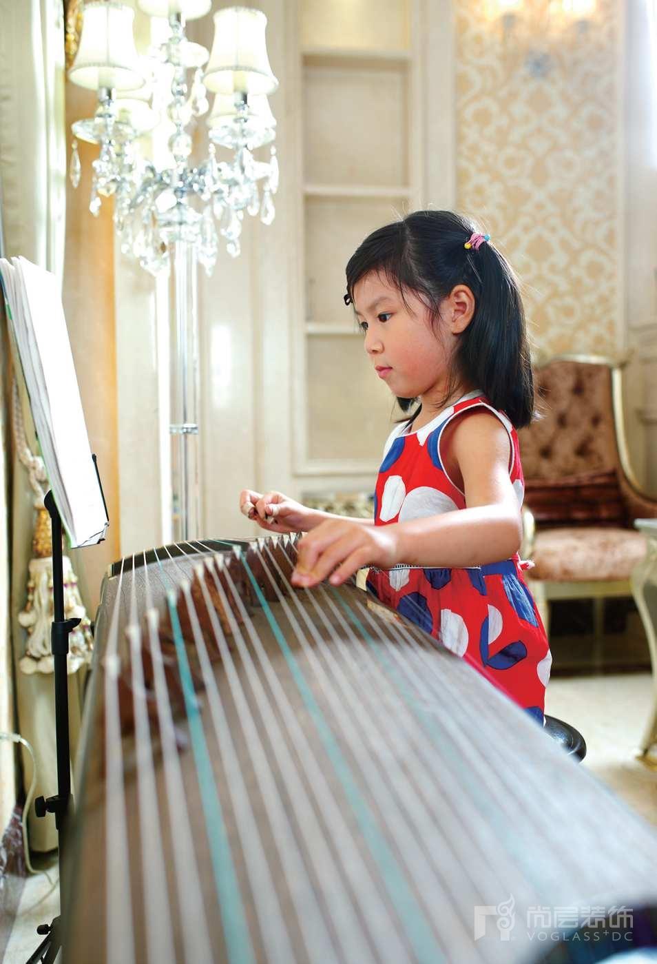 龙湾别墅装修业主的女儿在弹琴