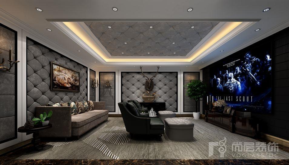 本案海德公园别墅装修的客厅设计最大特点是在造型上极其讲究,给人端庄典雅、高贵华丽的感觉,具有浓厚的欧洲文化气息。色调上以以米黄、香槟色为背景色,白色和棕色做主体色,浅咖色,金铜色、绿色、红色做为点缀色,空间层次丰富。