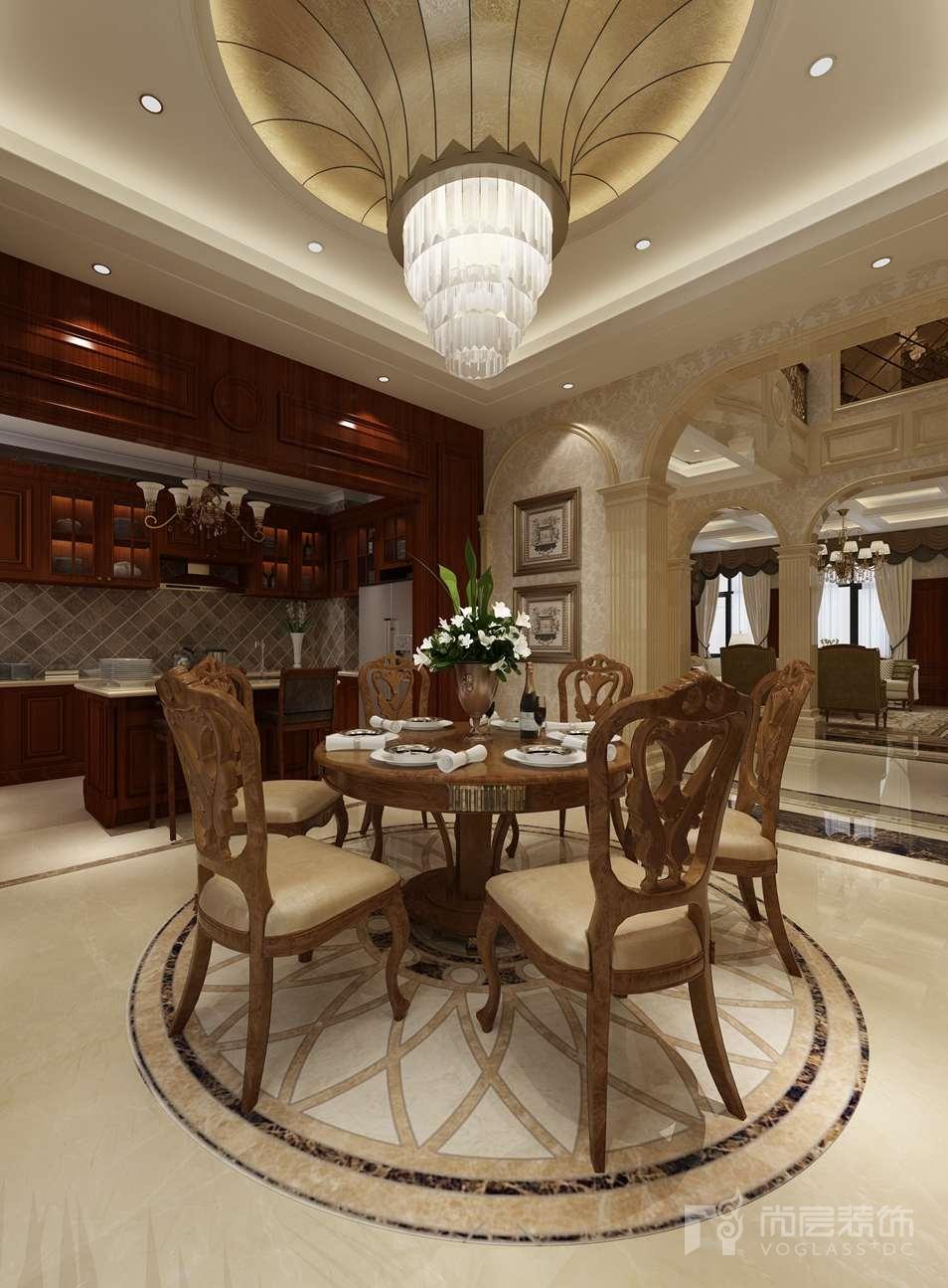 中厅、餐厅与客厅的界限用大理石装饰柱和拱券来分割,空间得以相互融通,视觉上更加宽敞明快。在原有楼梯的基础上增加了用大理石包裹的电梯,方便了家里行动不便的老人。在电梯门开门的瞬间,映入眼帘的大理石背景墙让人眼前一亮。铜色的镜面不仅让整个空间宽阔明亮,更给空间增加了的一份层次与质感。
