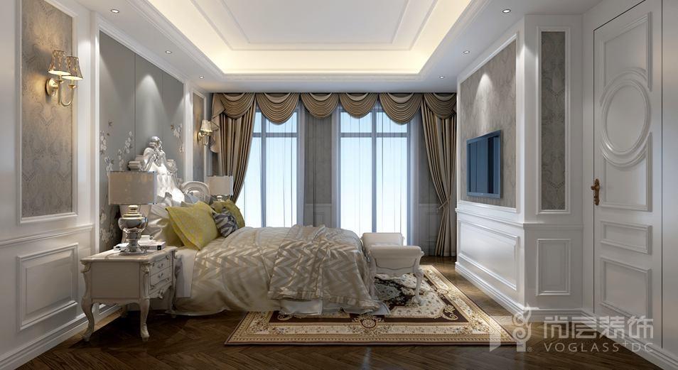 墙面的白色墙板与米色壁纸相结合营造出欧式新古典