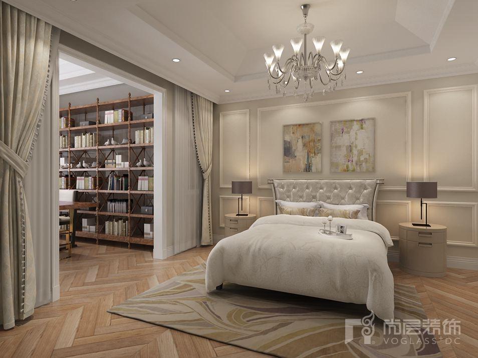 在奢华有道,适享人生的奢适别墅远洋天著别墅装修项目里,设计师采反其道行之采用简约风格,透过设计的纯粹设性,形成一种无形的室内力量-少即是多。客厅 客厅采用了3+1+1的沙发组合,两个单人位于多人位呈三角相对,满足了日常接待客人飞需求,同时更加促进彼此之间交流。沙发的抱枕色彩与墙壁装饰画遥相呼应,丰富客厅空间的色彩效果,视觉上给予人更多美的享受。休闲区 休闲区与餐厅为同一区域,一家人用完餐后,可以挪步至休闲区内坐在一起聊天,并且休闲区采用了两个多人位两个单人位的沙发组合,方便交流。当孩子坐在白色的钢琴前