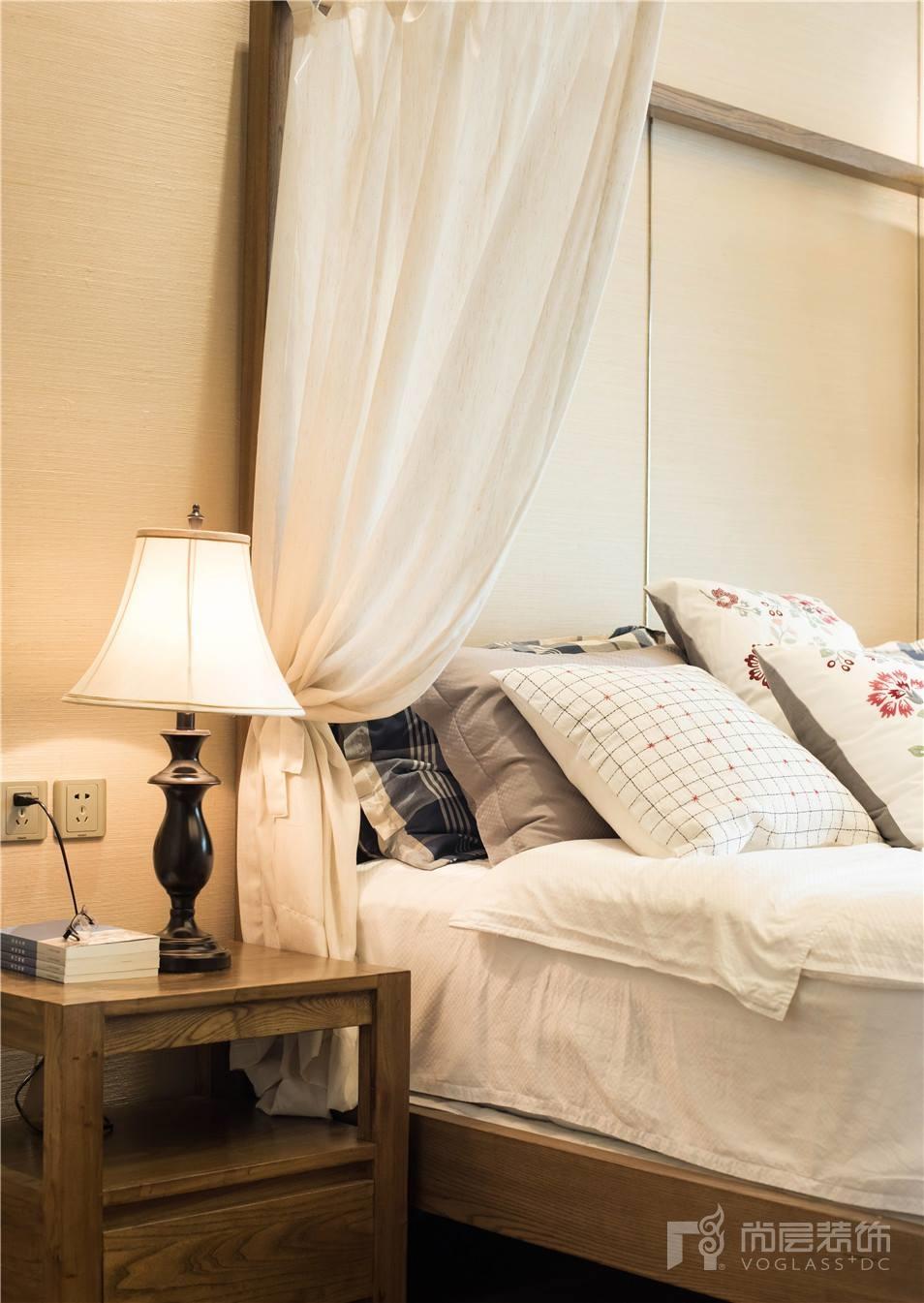 地面胡桃木底板通铺,美观大方室内软装与棕木色护墙