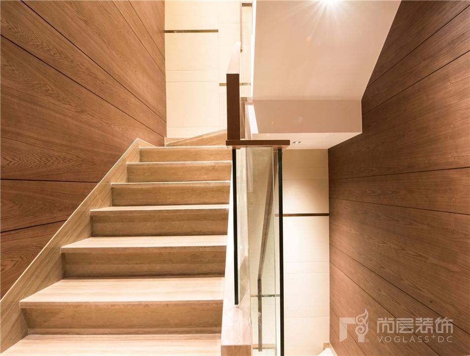 西厨的护墙板一直延伸到楼梯间