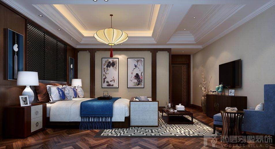 虽然还是运用了深色的花格和护墙板,但有了蓝色的沙发和床的点缀,还有图片