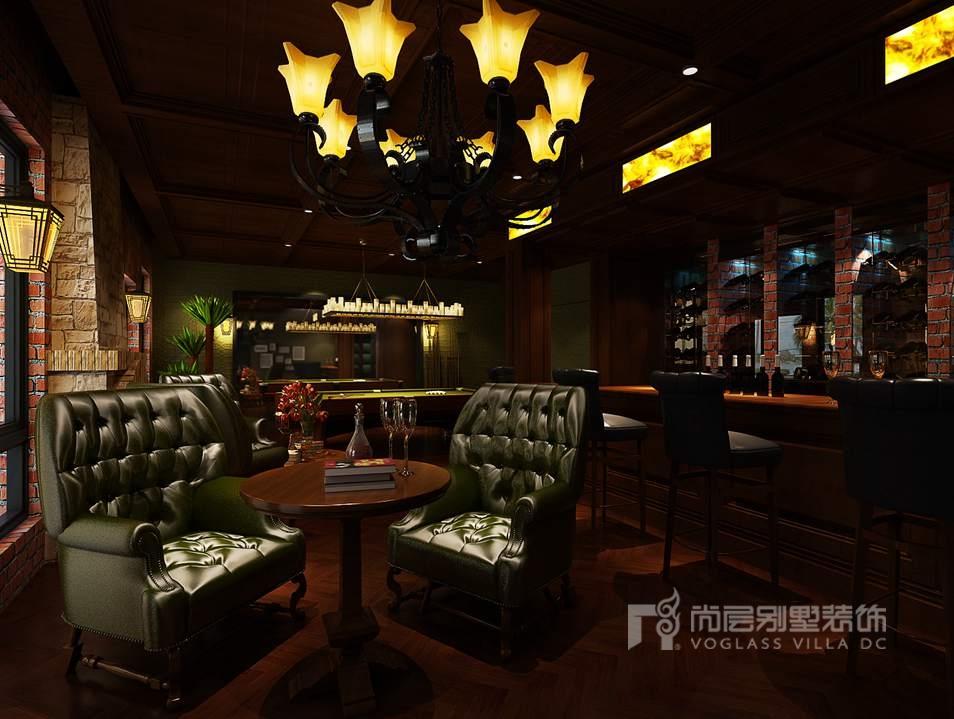 红色的砖墙,桑拿木的吊顶,深色的吧台,一张小圆桌,两把深绿色欧式造型的单人沙发酒吧区俨然成为一个19世纪的小酒馆。桌球区于酒吧区的旁边,在这充满乐趣的空间,想像着几杯红酒下肚之后,手里握着笔直的球杆,与好友一起娱乐竞技,心情必是极好的。