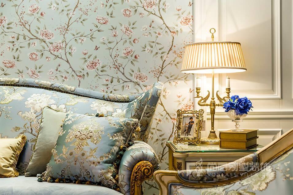 欧式古典家具,欧式的吊灯,碎花式的背景墙 金色边框显示贵族气质,而